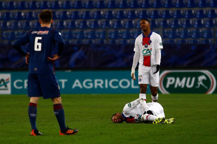 Em campo, Neymar parecia mancar e segurou a coxa, indo para vestiário logo na sequência   Foto: Sameer Al-Doumy   AFP - Foto: Sameer Al-Doumy   AFP