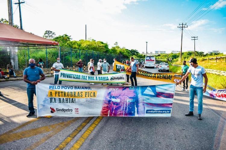 Os petroleiros votaram pela greve, por causa da negociação de venda da refinaria nacional por US$ 1,65 bilhão   Foto: Divulgação   Sindipetro - Foto: Divulgação   Sindipetro