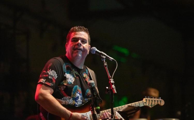 Artista apresenta sucessos autorais e de grandes nomes do axé music | Foto: Divulgação - Foto: Divulgação