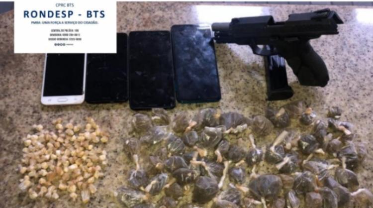 Uma pistola calibre 40 usada nos crimes e drogas foram apreendidas   Foto: Divulgação   SSP - Foto: Divulgação   SSP