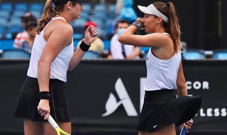 A brasileira e a norte-americana Hayley Carter bateram a espanhola Paula Badosa e a montenegrina Danka Kovinic por 2 sets a 1 | Foto: WTA | Divulgação - Foto: WTA | Divulgação