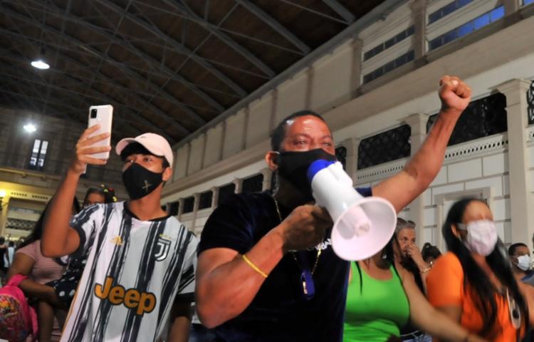 Moradores, trabalhadores e usuários do transporte promoveram uma ocupação pacífica com mais de 100 pessoas nos vagões | Foto: Felipe Iruatã | Ag. A TARDE - Foto: Felipe Iruatã | Ag. A TARDE