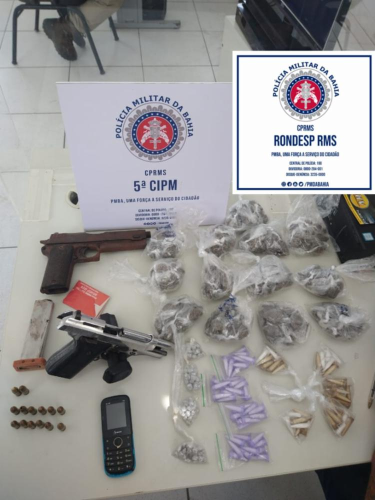 Foram apreendidas duas pistolas e pouco mais de 300 porções de drogas - Foto: Divulgação | SSP