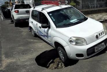 Carro fica preso após cair em cratera no centro de Feira de Santana