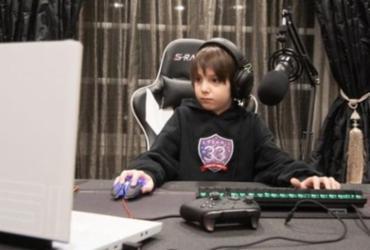 Menino de 8 anos fecha contrato profissional de US$ 33 mil para jogar Fortnite | TEAM 33 | BBC