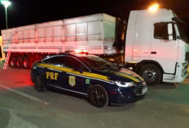 Caminhoneiro é flagrado com arma, anfetamina e carga irregular na BR-242