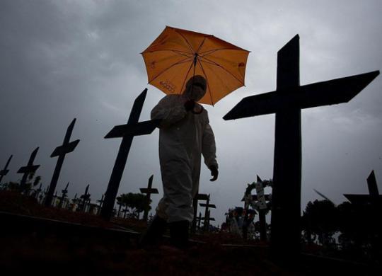 Com 1.800 mortes, Brasil tem segundo dia com mais óbitos confirmados | Michael Dantas | AFP