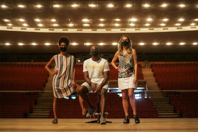 Os bailarinos Fernanda Santana, Douglas Amaral e Konstanze Mello, no palco do TCA | Foto: Olga Leiria | Divulgação
