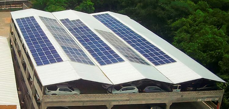 A instalação de sistema de energia solar pode ser feita em coberturas de garagens | Foto: Reconluz | Divulgação