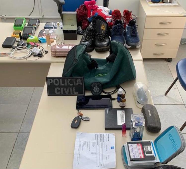 Casal roubou diversos pertences da vítima. Uma mulher também é procurada por envolvimento no crime - Foto: Divulgação | SSP-BA