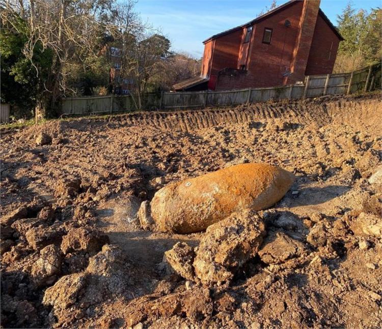 Artefato de uma tonelada foi encontrado dentro de um canteiro de obras I Foto: Polícia do Condado de Devon - Foto: Polícia do Condado de Devon