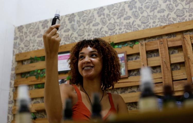 Camila Reis, dona da loja Óleos da Mi, é uma das mulheres que empreendem em tempos de pandemia - Foto: Adilton Venegeroles / Ag. A Tarde
