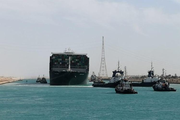O bloqueio criou um congestionamento de cerca de 370 navios nos dois lados do canal, por onde passam cerca de 12% do comércio global. Foto: AFP - Foto: Foto: Autoridade do Canal de Suez via AFP