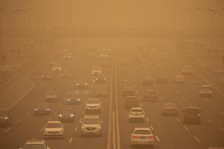 Essas tempestades de areia costumavam ocorrer regularmente na primavera, quando a areia dos desertos ocidentais sopram para o leste I Foto: Mark Schiefelbein I AP - Foto: Mark Schiefelbein I AP