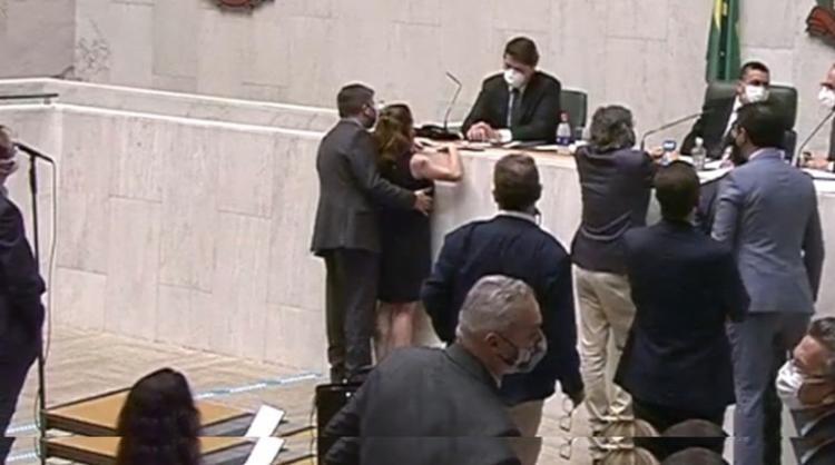 Em dezembro, câmera da Casa flagrou quando Fernando Cury (Cidadania) passou a mão no seio da deputada do PSOL I Foto: Reprodução - Foto: Reprodução