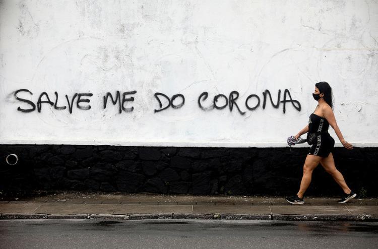 O Brasil tentou conciliar retomada econômica e pandemia, colhendo, em recordes de mortos, os frutos da arrojada estratégia | Foto: - Foto: Felipe Iruatã | Ag. A TARDE | 29.4.2020