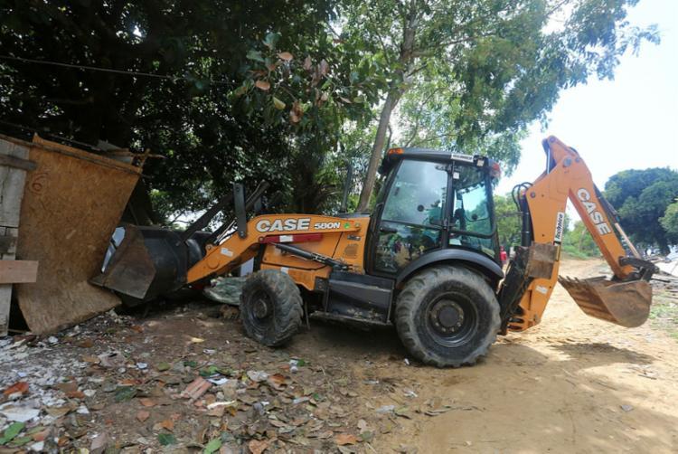 Famílias no bairro de Canabrava, em Salvador, tiveram barracos derrubados por trator | Foto: Olga Leiria | Ag. A TARDE - Foto: Olga Leira | Ag. A TARDE