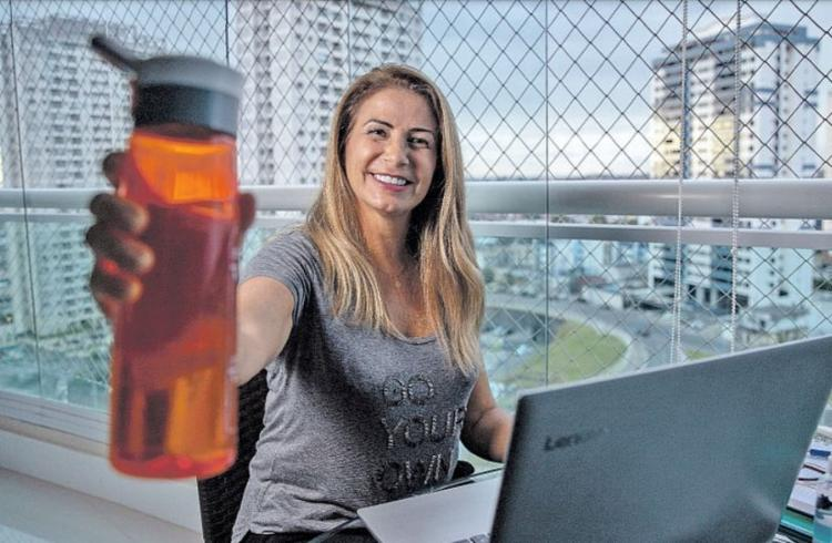 Com a inseparável garrafa d'água, a empresária Meiriane Silva complementa a ingestão diária com sucos | Foto: Uendel Galter | Ag. A TARDE - Foto: Uendel Galter | Ag. A TARDE