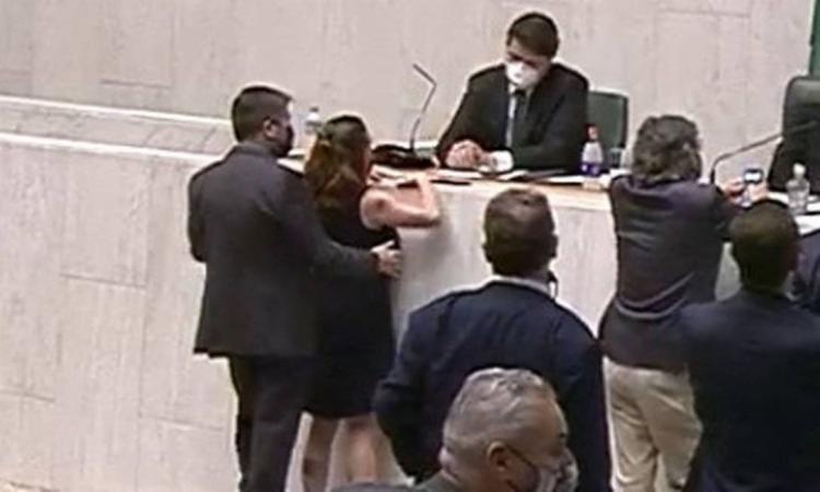 Momento em que a deputada Isa Penna é apalpada pelo deputado Fernando Cury no plenário da Alesp | Foto: Divulgação | Alesp - Foto: Divulgação | Alesp