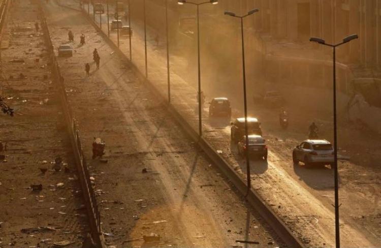 Destroços puderam ser vistos na estrada principal para Beirute após explosão na zona portuária | Foto: Marwan Tahtah | AFP - Foto: Marwan Tahtah | AFP