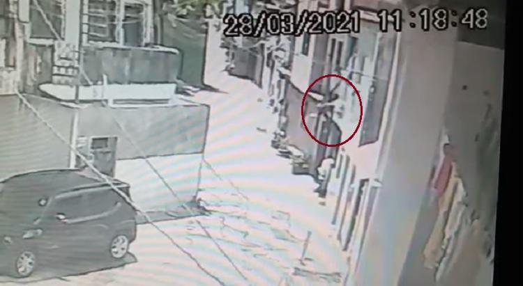 Para fugir dos assassinos, vítima pulou de uma altura de aproximadamente 3 metros | Foto: Reprodução - Foto: Reprodução