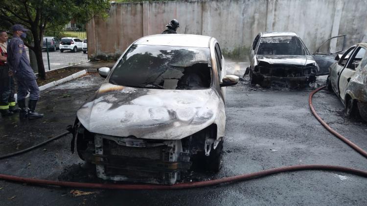 Carros foram atingidos por fogo | Foto: Divulgação | CBM-BA - Foto: Divulgação | CBM-BA
