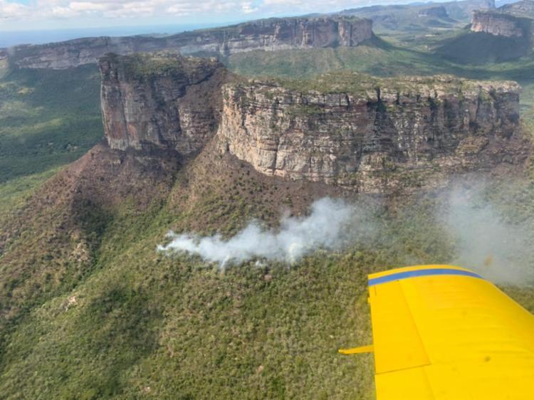 Acompanhamento continua por terra, e também em espaço aéreo devido aos riscos de possíveis reignições - Foto: Divulgação | Corpo de Bombeiros