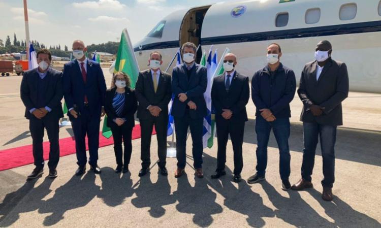 Ao desembarcar em Israel, comitiva brasileira tirou foto com todos de máscara - Foto: Agência Brasil | Divulgação