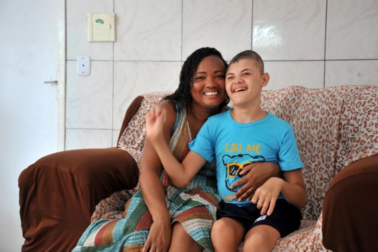 Ivanildes Nascimento e seu filho Erick, que tem hidrocefalia e paralisia cerebral e usa canabidiol há alguns meses | Foto: Felipe Iruatã | AG A Tarde - Foto: Felipe Iruatã / AG A Tarde