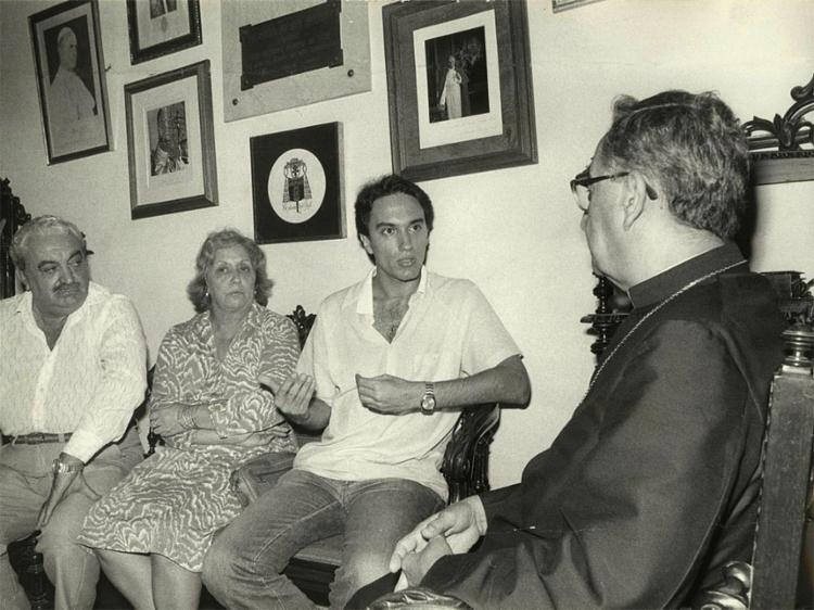 Javier e seus pais são recebidos pelo então arcebispo de Salvador, cardeal D. Avelar Brandão Vilela   Foto: Cedoc A TARDE - Foto: Cedoc A TARDE