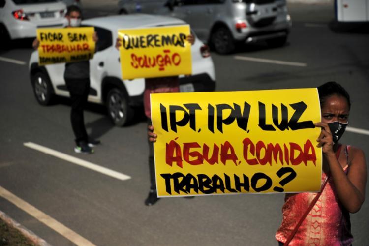 Parte dos manifestantes carregava cartazes com críticas às medidas de restrição I Foto: Felipe Iruatã | Ag. TARDE - Foto: Felipe Iruatã | Ag. Tarde
