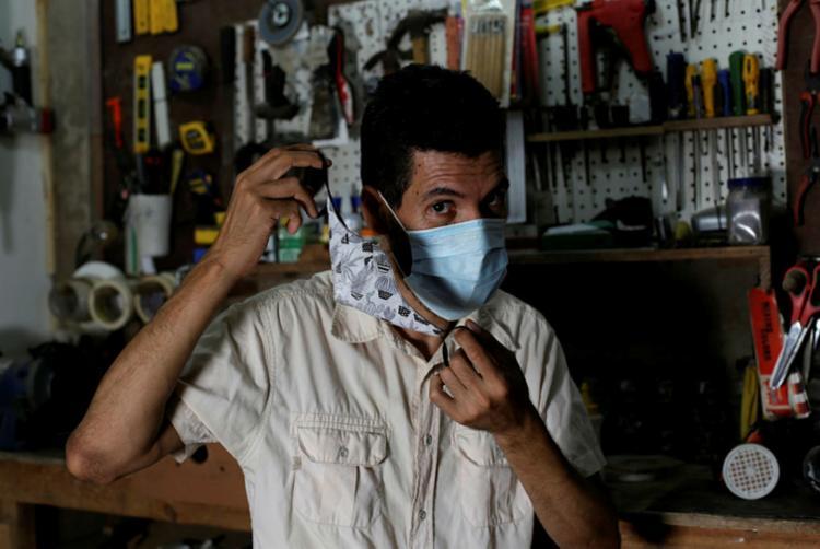 Yoshi optou por usar máscara cirúrgica por baixo da de tecido | Foto: Adilton Venegeroles | Ag. A TARDE - Foto: Adilton Venegeroles | Ag. A TARDE