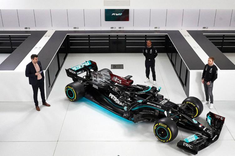 Pelo segundo ano consecutivo, o carro da Mercedes, batizado de W12, mostra uma tonalidade preta em homenagem à luta contra a discriminação racial   AFP Photo - Foto: AFP Photo