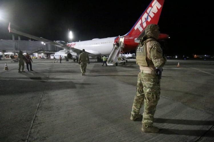 O traficante baiano conhecido como Vado Gordo chegou a Salvador na madrugada desta quarta-feira, 17, em um voo comercial da Latam| Foto: Alberto Maraux | SSP-BA - Foto: Alberto Maraux | SSP-BA
