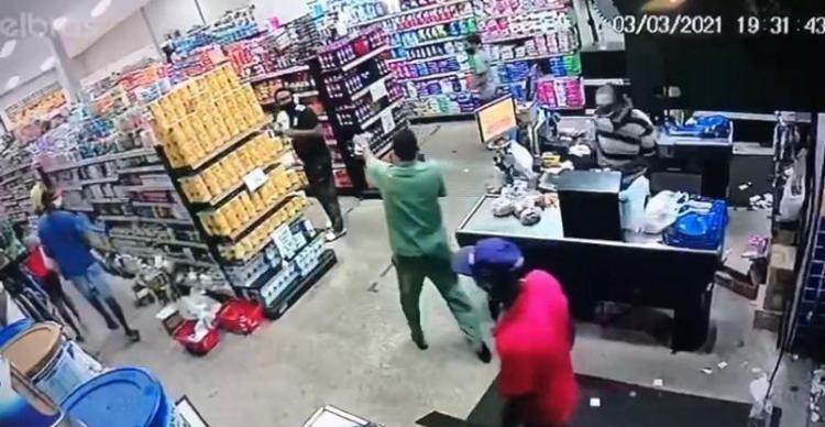 Câmera de segurança flagra momento em que criminoso anuncia o assalto em supermercado de Valéria, na noite desta quarta-feira, 3 | Foto: Reprodução - Foto: Reprodução