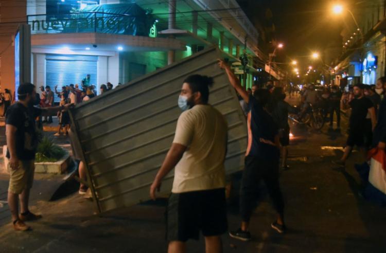 Nos protestos no Paraguai, pelo menos uma pessoa morreu, e 20 ficaram feridas - Foto: AFP