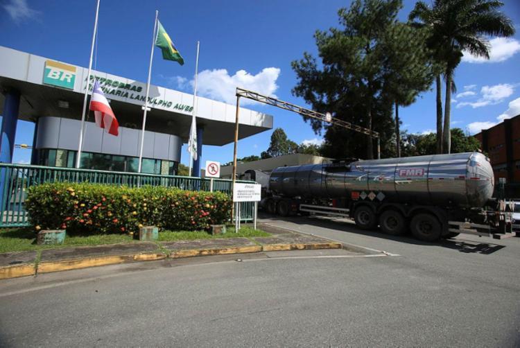 Com a venda, mais de 15 mil trabalhadores terceirizados que prestam serviço para a Petrobras na Bahia podem ficar sem emprego   Foto: Luciano Carcará   Ag. A TARDE - Foto: Luciano Carcará   Ag. A TARDE   25.6.18