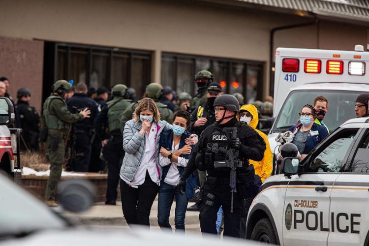 Dezenas de membros das forças de segurança cercaram o estabelecimento meia hora depois dos primeiros disparos | Chet Strange | Getty Images via AFP - Foto: Chet Strange | Getty Images via AFP