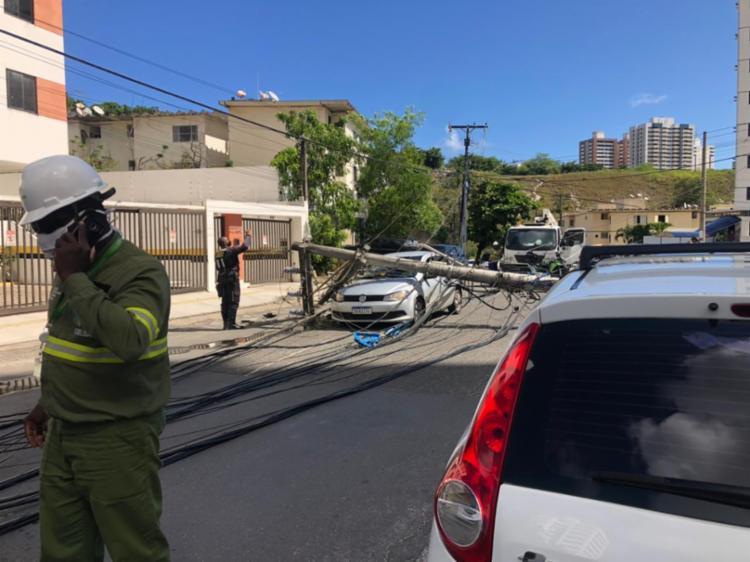 Caminhão baú arrastou fiação que provocou queda dos postes | Foto: Ailton Santos - Foto: Ailton Santos
