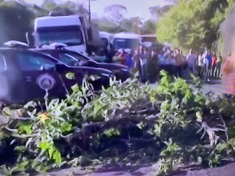 Os manifestantes fecharam o tráfego de veículos na Estrada do Moinho, via que dá acesso ao Porto de Aratu | Foto: Reprodução | TV Bahia - Foto: Reprodução | TV Bahia