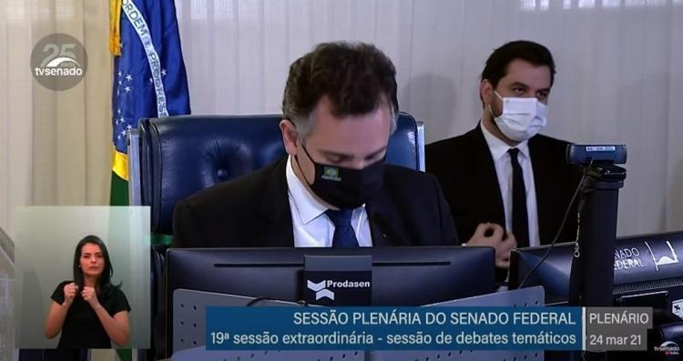 Filipe Martins juntou os dedos indicador e polegar da mão direita de forma arredondada e passou sobre o paletó | Foto: Reprodução | TV Senado - Foto: Reprodução | TV Senado