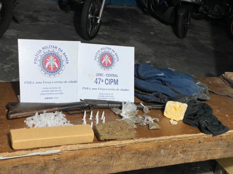 Na ação, uma carabina calibre 38 e drogas foram apreendidas | Foto: Divulgação | SSP-BA - Foto: Divulgação | SSP-BA