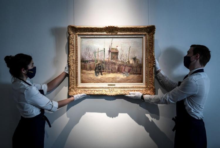 A tela mostra um casal caminhando e duas crianças brincando, tendo ao fundo o