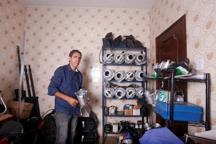 Marcelo mantém equipamento armazenado | Foto: Olga Leiria | Ag. A TARDE - Foto: Olga Leiria | Ag. A TARDE