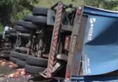 BR-101: caminhão tomba e parte da carga é saqueada | Reprodução