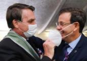 Bolsonaro tira máscara de ministro em cerimônia   Reprodução