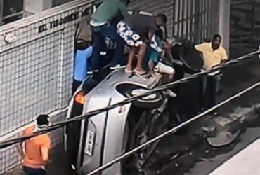 Carro tomba após bater em outro veículo na Barra | Reprodução I TV Bahia