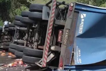 Caminhão de refrigerante tomba na BR-101; parte da carga é saqueada | Reprodução