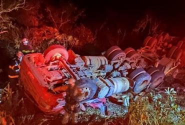 Bombeiros resgatam motorista após carreta tombar em São Desidério