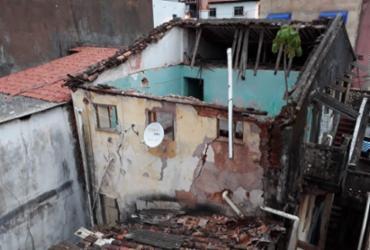 Parte de casarão desaba no bairro do Tororó; Defesa Civil vistoria estrutura